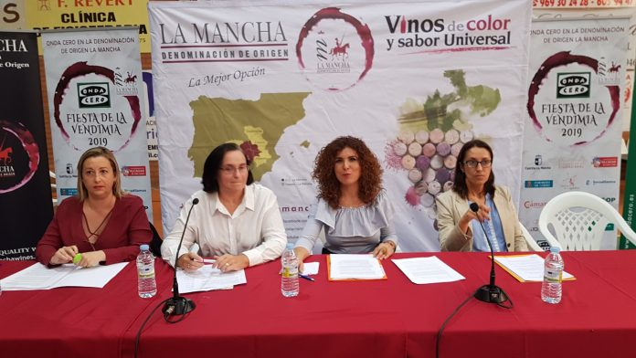 Mesa-redonda-celebrada-sobre-la-viticultura-en-femenino-696x392