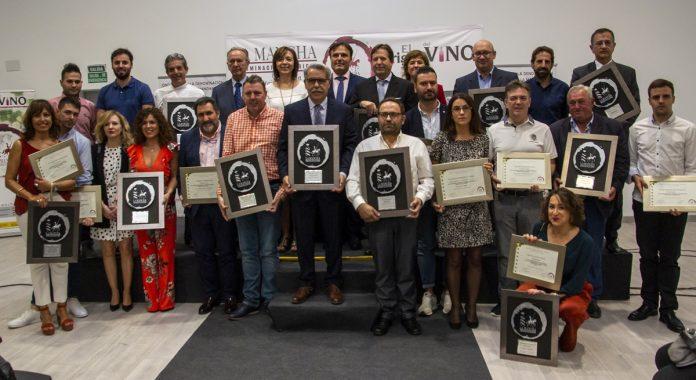 Foto de familia de los galardonados en los premios Vino y Cultura