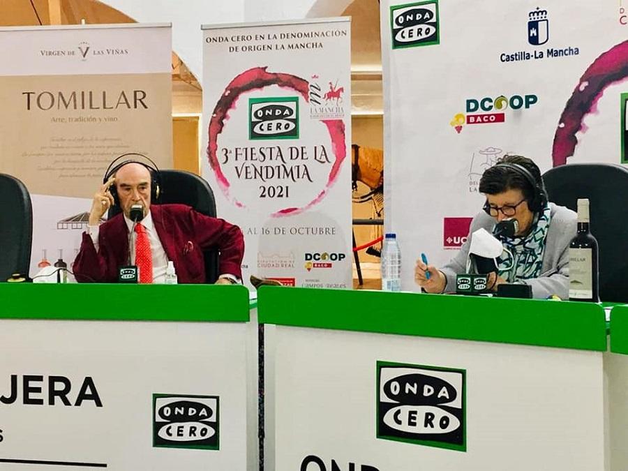 El presidente de Virgen de las Viñas, Rafael Torres (izq.), anfitrión de 'Gente Viajera' en la III Fiesta de la Vendimia en La Mancha
