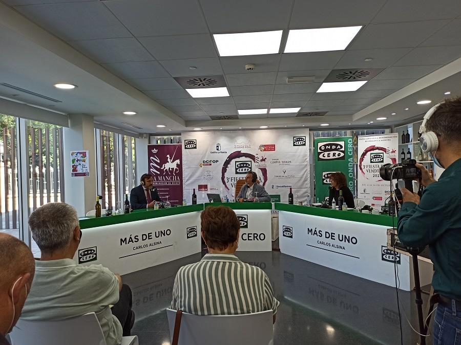 El presidente de la D.O. La Mancha, Carlos David Bonilla, es entrevistado en la III Fiesta de la Vendimia