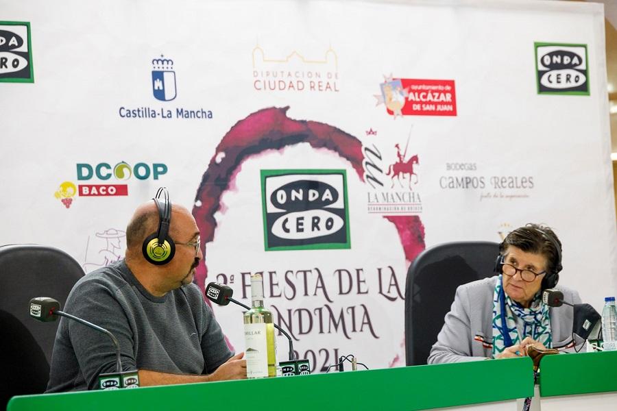 La presentadora de 'Gente Viajera', Esther Eiros, entrevista al gerente de la D.O. La Mancha, Ángel Ortega, en la III Fiesta de la Vendimia